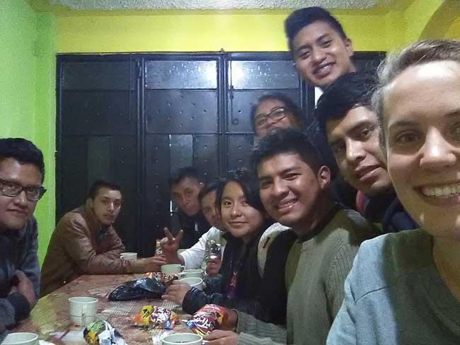 Cosechando Felicidad volunteers in the community center