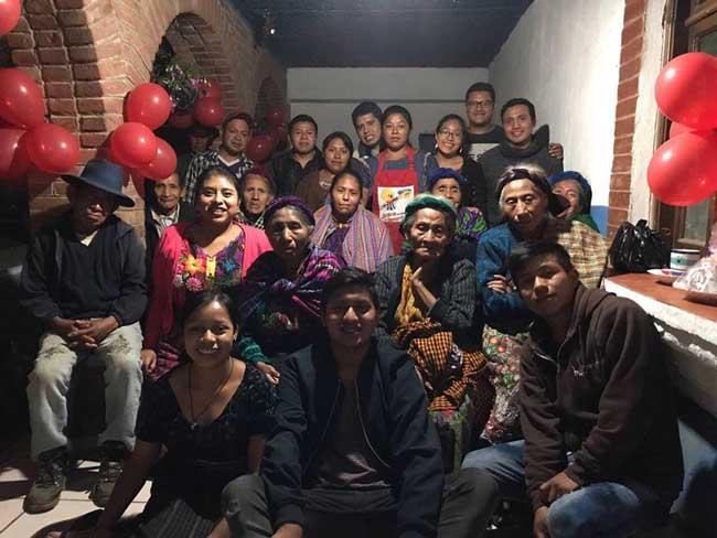 Cosechando Felicidad volunteers and local Guatemalans in the community center